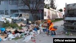"""Работници од ЈП Комунална хигиена-Скопје"""" собираат и транспортираат комуналeн отпад во Скопје. Тие се под ризик доколку дојдат во контакт со контаминирани маски или ракавици."""