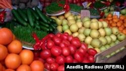 Кое-какие из этих овощей на прилавке рынка в Баку – родом из Турции