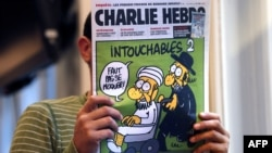 """На обложке Charlie Hebdo карикатура названа """"Неприкасаемые 2"""" (изображен имам на инвалидной коляске, которую везет ортодоксальный иудей), 19 сентября 2012"""
