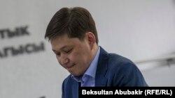 Сапар Исаков.