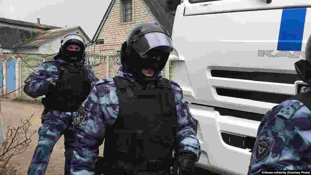 Обшуки проводять службовці відразу декількох відомств: МВС Росії, ФСБ і Росгвардії
