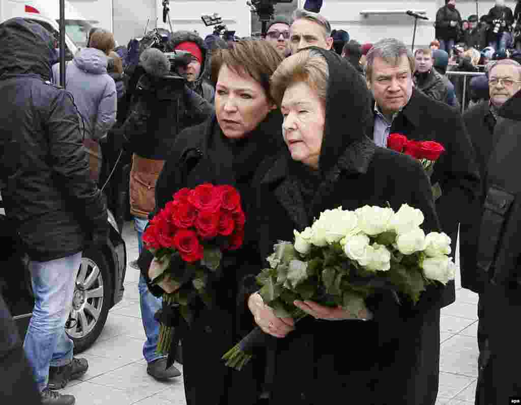 Boris Yeltsin's widow, Naina Yeltsina (center right), and her daughter Tatyana Yumasheva (center left) arrive to pay their last respects.