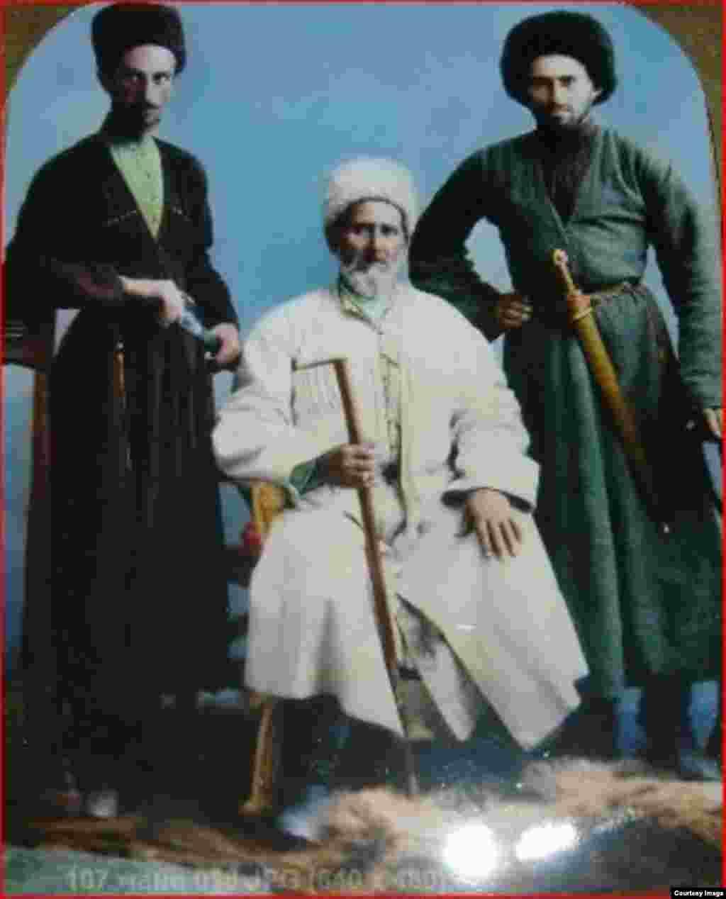 Мани-шейх Назиров (в середине), кадирийский шейх из селения Бамат-Юрт (Виноградное)