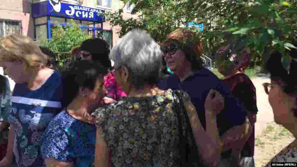 Родственники утешают вдову Максименко Светлану Абдуллину (в очках и голубой рубашке). 8 июня 2016 года.