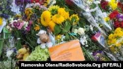 Кияни продовжують нести квіти до посольства Нідерландів