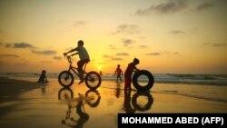 Палестинские дети на пляже.