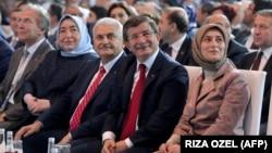 بنعلی ییلدیریم (نفر سوم از چپ) در کنار احمد داوداغلو نخستوزیر پیشین، در کنگره حزب عدالت و توسعه