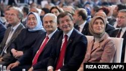 Binali Yildirim (treći s lijeva) i bivši premijer Ahmet Davutoglu sa suprugama