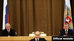 Путин (внизу) и социализм (за кадром) стыкуются плохо, указали участники дебатов представителю партии Миронова (справа)