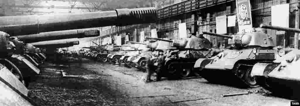 ISU-152 self-propelled guns and T-34 battle tanks produced by the Chelyabinsk Tractor Plant, 1943.