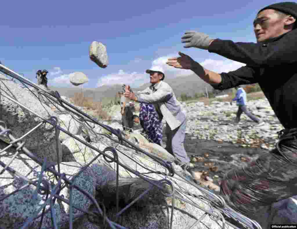 Укрепление берегов реки габионовой сеткой с камнями в селе Тегирменти в Чуйской области