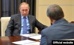 Vladimir Putin la întîlnirea cu Andrei Artizov noul șef al arhivelor federale (Credit: Kremlin.ru)