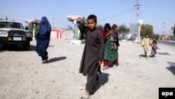 Աֆղանստան - Կունդուզի բնակիչները լքում են քաղաքը կառավարական ուժերի և թալիբների միջև շարունակվող մարտերի պատճառով, 6-ը հոկտեմբերի, 2015թ․