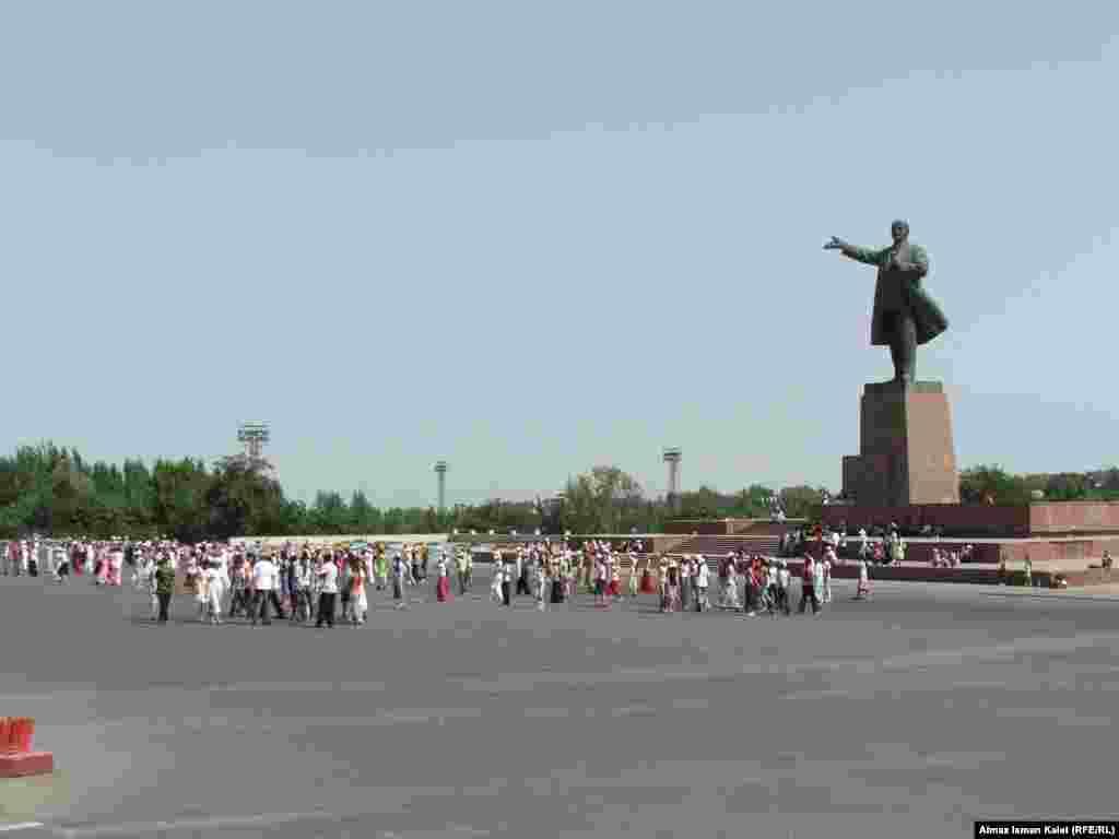 В Оше хотят снести памятник Ленину