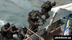 Військово-морський спецназ відпрацювує захоплення піратського корабля у рамках навчань «Сі бриз», Одеса, 13 липня 2010 року