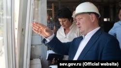 Врио российского губернатора Севастополя Михаил Развожаев на стадионе «Горняк» в Балаклаве, август 2020 года