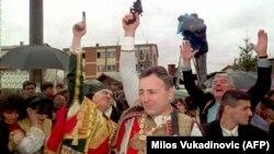 """Nunta lui Željko Ražnatović, criminalul de război sârb mai cunoscut drept «Arkan» (Желько Ражнатович, """"Аркан""""), cu cântăreța Ceca, în februarie 1995."""