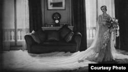 Шелк и сатин - 1933. Дизайнер Норман Хартнелл. В таком платье Маргарет Уигхэм пошла под венец с Чарльзом Суини