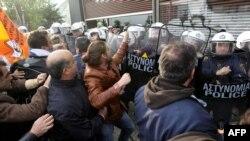 Сутичка демонстрантів із поліцією під час акції протесту проти приїзду німецької делегації