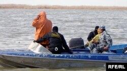 Полицейские высматривают браконьеров. Каспийское море.