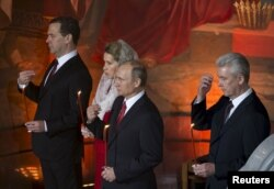 Владимир Путин, Дмитрий Медведев с супругой и Сергей Собянин в Храме Христа Спасителя в Москве на Пасхальном богослужении 12 апреля 2015 года