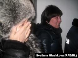 Женщины, участницы долевого строительства, которые в ближайшие дни ожидают выселение из своих квартир. Астана, 30 января 2013 года.