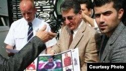 محتجون يسلّمون صوراً ووثائق لممثل عن محكمة العدل الدولية
