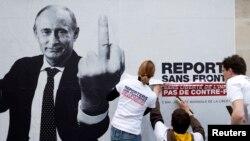 Чикләрне танымаучы хәбәрчеләр (Reporters Sans Frontières) оешмасы активистлары 2013 елның маенда матбугат иреген яклап плакат элә.
