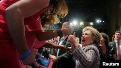 Хиллари Клинтон Флоридада сайлаушылармен кездесіп тұр.
