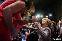 Сайлаушылармен кездесіп жүрген Хиллари Клинтон (ортада).