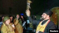 Поп аялдардын коргоо кошуунун түзгөн активисттерди алкоодо. Киевдин Төбөлсүздүк майданындагы чатырлардын биринин ичи. 10-февраль 2014.