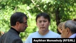 Журналист Жанболат Мамай (в центре). Алматы, май 2016 года.