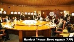 تصویر منتشرشده از سوی خبرگزاری رسمی کویت از گروههای مختلف شرکتکننده در مذاکرات