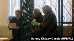 РаісаГусманава (справа) і Гузэль Сямёнава (у цэнтры) падчас суду.