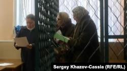 Раиса Гусманова (справа) и Гузель Семёнова в Ростовском районном суд