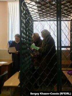 Раиса Гусманова (справа) и Гузель Семёнова в Ростовском районном суде