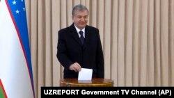 Шавкат Мирзиëев 22 декабрь кунги парламент сайловларида овоз бермоқда.