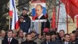 Russiýanyň prezidenti Wladimir Putiniň portretini göterip duran krymly ýaşaýjy.
