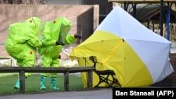 Британські експерти в Солсбері на місці, де були виявлені непритомними колишній полковник ГРУ Росії Сергій Скрипаль і його дочка Юлія
