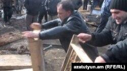 Բողոքի ակցիայի մասնակիցները կոտրում են արկղերը, որոնցում տեսակավորված է Հրազդանի հանքի հանքանյութը, նոյեմբեր, 2011թ․