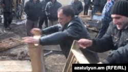 Բողոքի ակցիայի մասնակիցները կոտրում են արկղերը, որոնցում տեսակավորված է Հրազդանի հանքի հանքանյութը, 9 նոյեմբեր, 2011