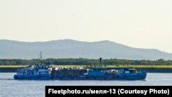 Сухогруз СТ 6-40, в котором перевозят дельфинов из Хабаровска, на реке Амур