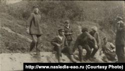 Местные жители у вагона членов экспедиции, конец 1920-х годов