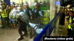 Наразылар мен полицияның әуежайда қақтығысып қалған сәті. Гонконг, 13 тамыз 2019 жыл.