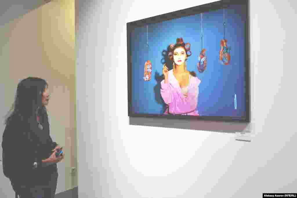На вернисаж пришла также художник и гражданский активист (борется в основном за экологию, за права горожан, которых пытаются потеснить застройщики коммерческих объектов) Салтанат Ташимова. Ее впечатление тоже было высказано в лаконичной форме. Работы ей понравились идеями, подачей, живостью энергии; она их считает интересными, свежими, оригинальными. А стоит Салтанат перед произведением Medusa, о котором Мика рассказала, что оно представляет сатиру на индустрию красоты.