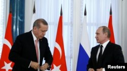 Президент Турции Реджеп Тайип Эрдоган (слева) и президент России Владимир Путин на пресс-конференции в Санкт-Петербурге, 9 августа 2016 года.