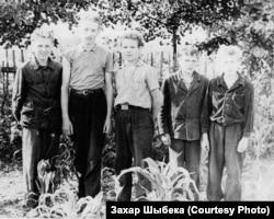 Вучні Асінаўскай васьмігодкі на праполцы кукурузы. 1961 год
