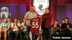 """""""Рубин"""" президенты Валерий Сорокин Гөкхан Төрәгә 55 санлы футболка тапшыра."""