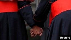 Ватикандағы Синод залына бара жатқан кардиналдар. Көрнекі сурет