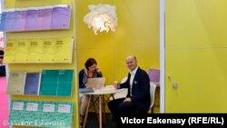 La standul polonez al Institutului Naționa Frederic Chopin, cu directorul de marketing Arkadiusz Kosior